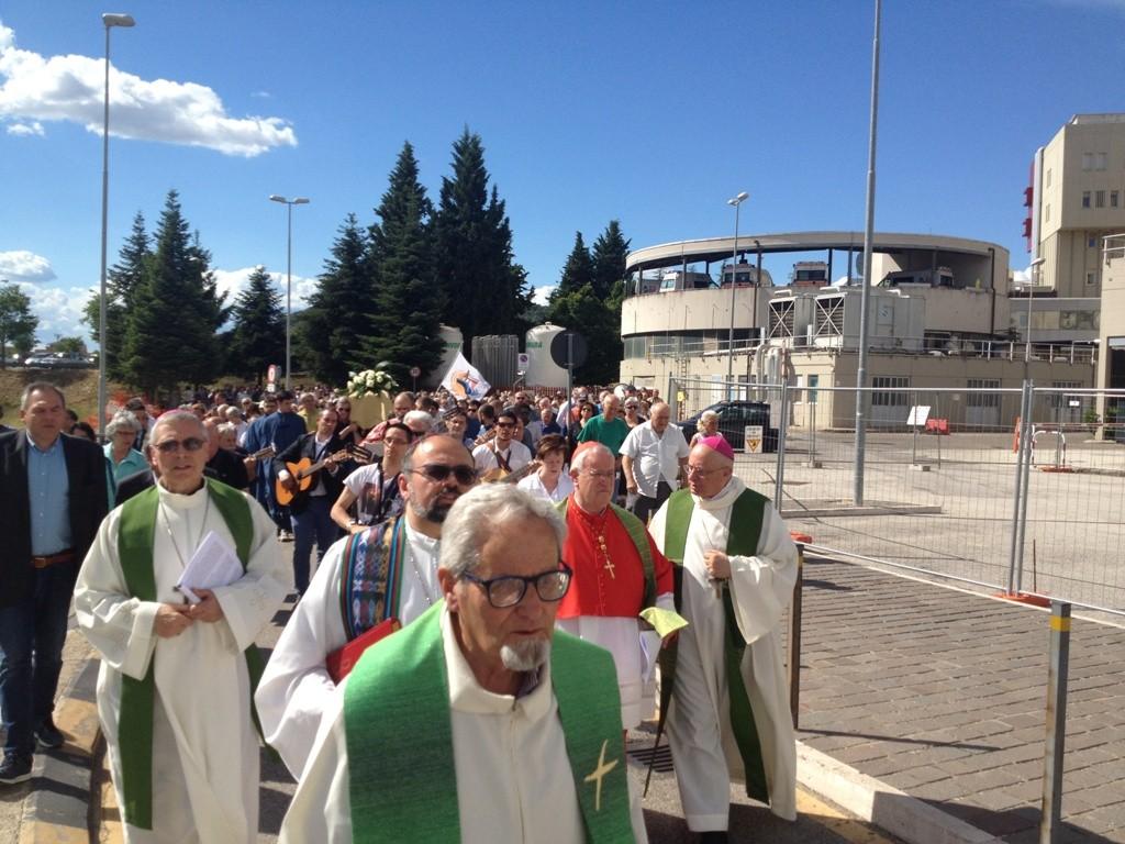 in processione dalla chiesa di San Sisto a quella dell'ospedale