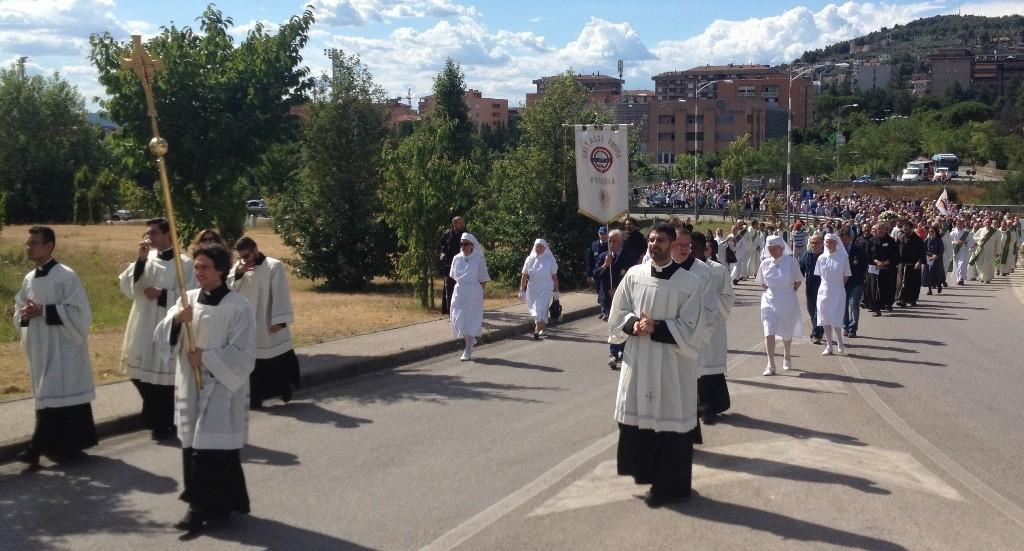 La processione con le spoglie mortali del venerabile dalla chiesa di San Sisto alla cappella dell'ospedale